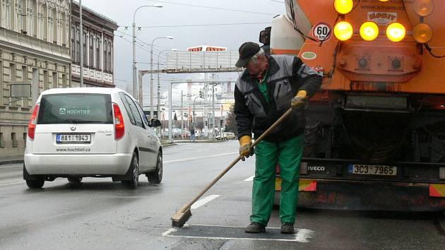 Ve středu jsme zastili pracovníky firmy Kulhánek a Mařík, jak opravují po zimě rozbitou a velice frekventovanou Pražskou třídu v Českých Budějovicích.