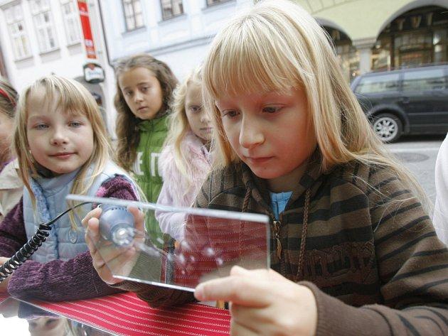 Gravírování, rytí  a malování na sklo či vytváření šperků ze skleněných korálků si vyzkoušelo na tři stovky dětí.