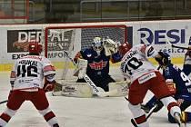 Gólman Madeta Motoru Jiří Patera kryje střelu hradeckého Radka Smoleňáka. Na ledě ale vydržel jen do desáté minuty, po čtvrtém inkasovaném gólu střídal.