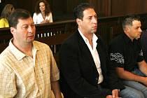 Proti Olegu G. (první zleva) včera vypovídala utajená svědkyně.