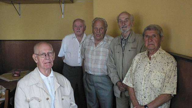 Na srazu strojařů se sešli 25. května zleva Josef Bauer, Jaroslav Klojda, Josef Dvořák, Jaroslav Škrabánek a Stanislav Trčka.