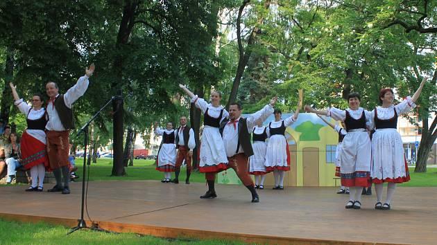 Folklorní soubor Bystřina ze Zlivi při vystoupení v centru města.