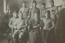 Jana Topky František jako poručík v záložní nemocnici v karlínských Ferdinandských kasárnách v zimě roku 1916. František Topka je na snímku zřejmě v přední řadě zcela vpravo.
