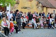 Výstava X a X let pod sluncem potrvá v Městské galerii v Týně nad Vltavou až do neděle 29. října.