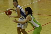 V DOMÁCÍ HALE si vedly basketbalistky U19 Chance statečně a Žabinám v září podlehly o deset bodů 50:60. Nad jejich zítřejším vzájemným duelem v Brně však visí otazník. Jolana Krejčová (vlevo) v souboji s Adélou Neubauerovou, se zranila a strakonický klub