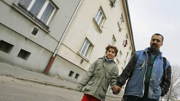 Dům ve Vrbenské ulici je na první pohled zvenčí celkem nenápadný. Má i svého domovníka. Patří však k největším problémům města v rámci sociální a bytové politiky.