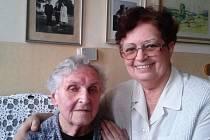 Annu Fialovou, která žije v Jindřichově Hradci, pojilo dlouholeté přátelství s manželkou prezidenta Edvarda Beneše Hanou. Na snímku je s ní dcera Anna Švehlová. Na fotografii na zdi jsou Fialovi na návštěvě v prezidentské vile v Sezimově Ústí.