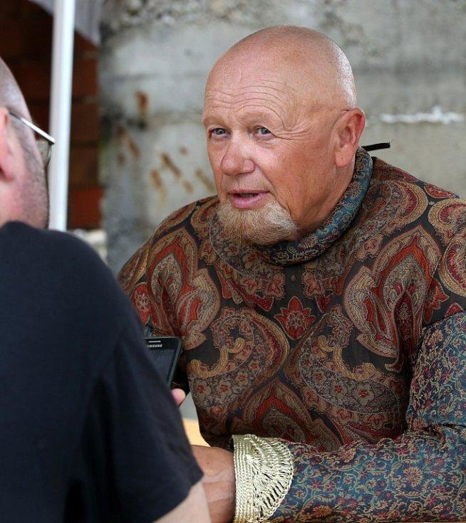 Česká televize natáčela v Kestřanech na Písecku pohádku Pravý rytíř, která se bude vysílat o Vánocích. Na snímku Jiří Korn, který hraje krále Jakuba.