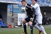 Lazara Sajčiče v zápase Dynama v Mladé Boleslavi atakuje domácí Přikryl.