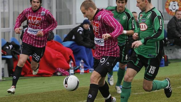 Pavel Mezlík uniká příbramskému Müllerovi, vlevo Tomáš Sedláček: fotbalisté Dynama Č. Budějovice se v úvodním jarním kole Gambrinus ligy rozešli v neděli s Příbramí nerozhodně 2:2.