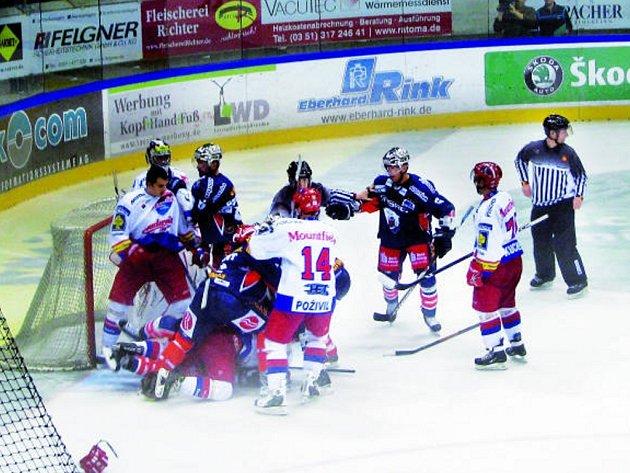 Před brankou Jakuba Kováře z HC Mountfield se strhla v utkání s Berlínem šarvátka, ve které hráli prim Tomáš Frolo (bez přilby) a Lukáš Poživil (č. 14), vpravo je David Kuchejda.
