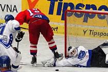Tomáš Kůrka (na snímku ve velké příležitosti brněnského gólmana Trvaje nepřekonal) je spolu s Josefem Melicharem v nominaci českého výběru pro úvodní turnaj Euro Hockey Tour.