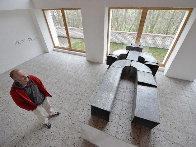 Padesát náhrobků, malby i nápisy zanechal ve Freibergově mučírně – volyňské hřbitovní galerii Jan Turner. Na katafalk položil sochu plechového robota.