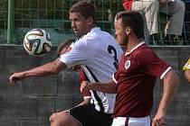 Richard Kalod v zápase juniorky Dynama se Spartou uniká Jiřímu Vokounovi.