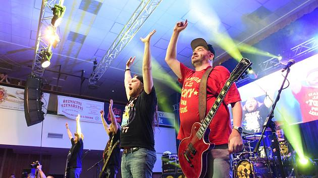 Populární kapela Harlej koncertuje v Letním kině Háječek.