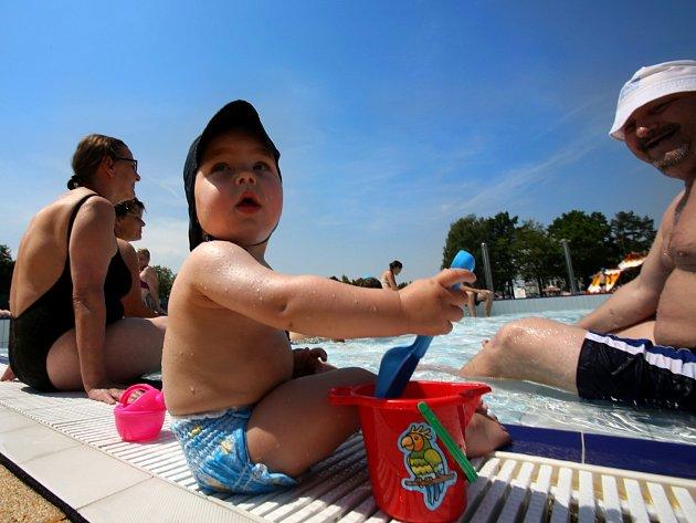 Bazény praskaly ve švech
