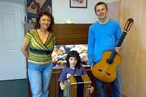 Na snímku korepetitorka Eva Mezerová, Přemysl Kopečný s akordeonem a Martin Novotný s kytarou.