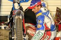 Zdeněk Simota si chystá svůj motocykl. V příštím týdnu se opět postaví na start plochodrážního závodu.