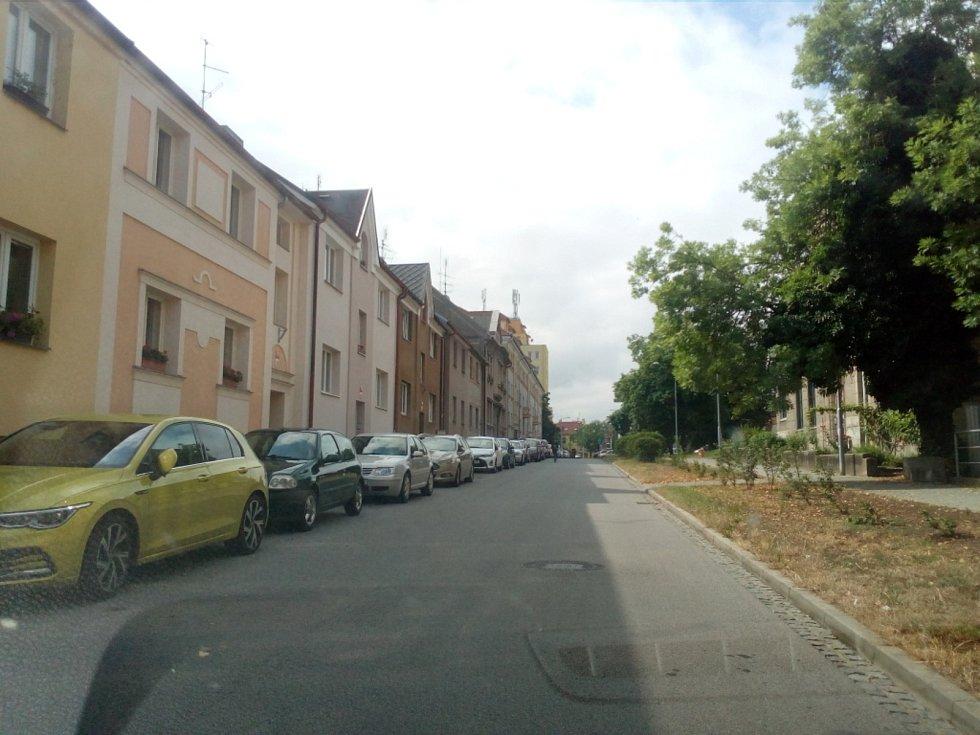Od října 2021 budou modré zóny v Českých Budějovicích zavedeny také na Lineckém předměstí kolem Lidické třídy. Na snímku ulice Generála Svobody.