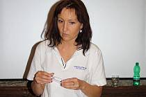Petra Marková ze Sanatoria Art ukazuje nástroje, které lékaři využívají při asistované reprodukci.