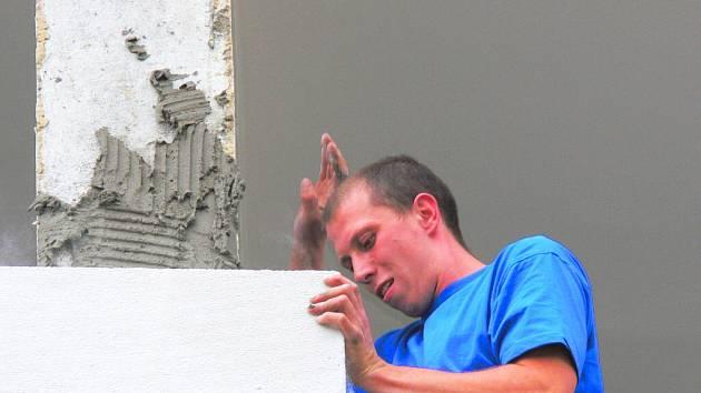 Základní škola v českobudějovické ulici L. Kuby v Rožnově  se minulý rok o prázdninách vrhla na rekonstrukci celé budovy, která je situována jižně od hřiště. Letos se dělníci pustili do vylepšování prostoru před tělocvičnou.
