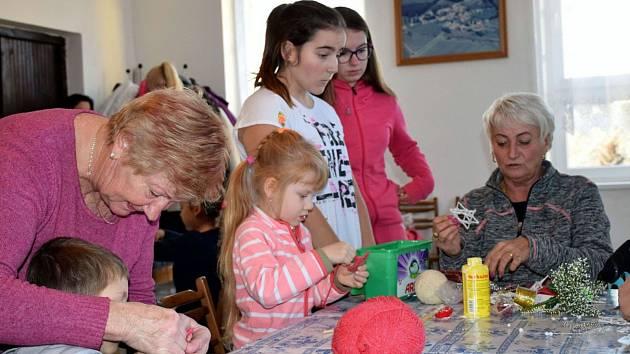 Děti i dospělí vyráběli vánoční ozdoby v sobotu 23. listopadu v Dívčicích na Českobudějovicku.