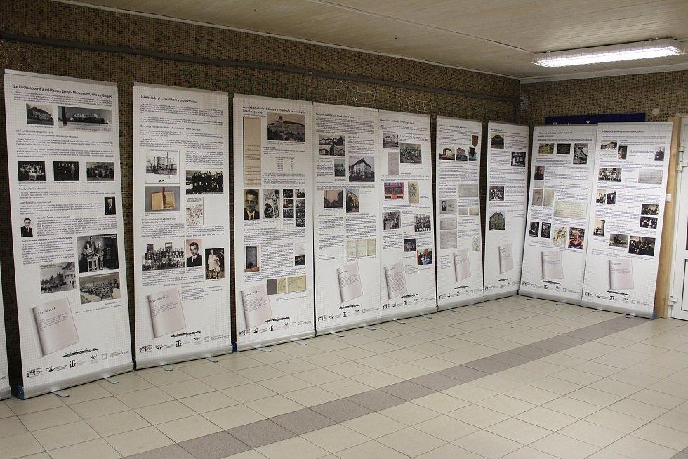 Práce všech 19 škol jsou vytištěny na panelech.