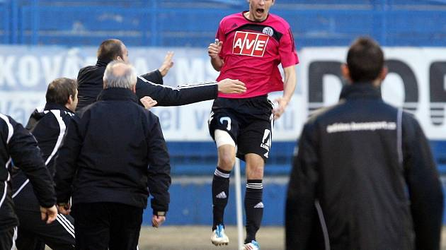 Petr Javorek se raduje z vedoucího gólu na Baníku.