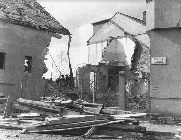 Po náletech v březnu 1945 zůstalo v Českých Budějovicích mnoho zmařených životů a zničených domů. Na snímku Luční ulice.