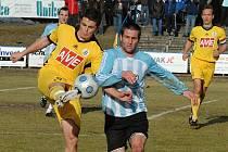 Zlatan Šibčič (vlevo bojuje s exbudějovickým Stanislavem Rožboudem) podal v Sezimově Ústí v dresu juniorky Dynama dobrý výkon.