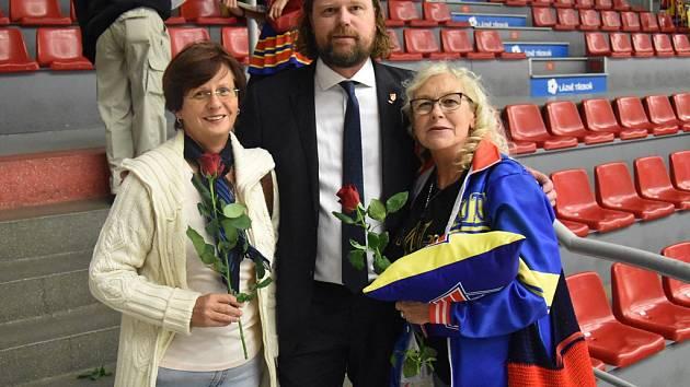 Zápas Motoru s Kadaní byl věnován ženám. Růže od prezidenta klubu Romana Turka dostaly i dlouholeté hokejové fanynky Marie Čápová (vlevo) a Věra Švecová.