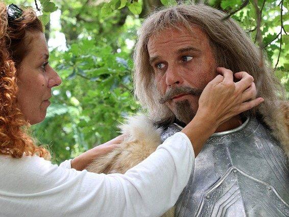 Česká televize natáčela v Kestřanech na Písecku pohádku Pravý rytíř, která se bude vysílat o Vánocích. Na snímku Lukáš Vaculík v péči maskérky.
