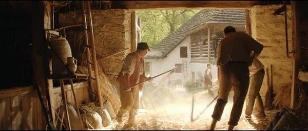 Jaroslav Janout, správce mlýna (zády vpravo) při práci scepem. Za ním je ukrytý herec Oldřich Kaiser.