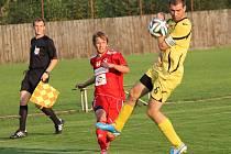 Remíza s Katovicemi zůstává pro FK Týn na podzim jedinou domácí ztrátou. Michal Šálený centruje kolem kapitána Katovic.