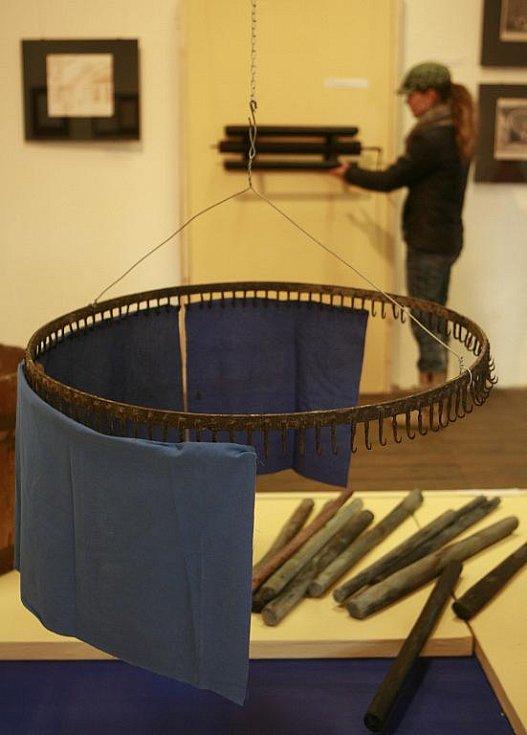 Tvrz, kde sídlí volyňské muzeum, zaplnily práce barvířů, modrotisk, střepy a pověsti z Helfenburku i kresby Julie Režné. Na snímku druhé patro tvrze, které představuje barvíře a jejich techniky.