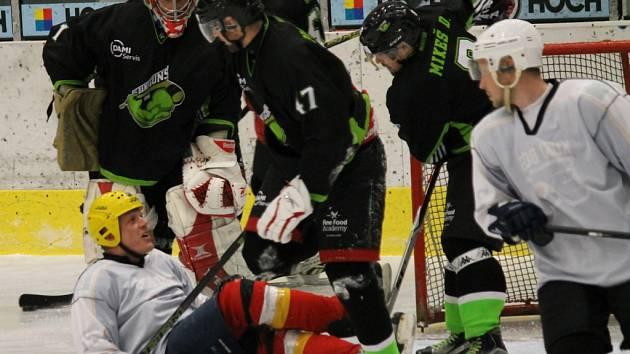 Hokejisté Dami Guns porazili v prvním semifinále SOP tým Kuki Boys 6:3.