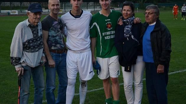 Bratři Rosůlkové po derby v Č. Krumlově s rodiči a oběma dědečky.