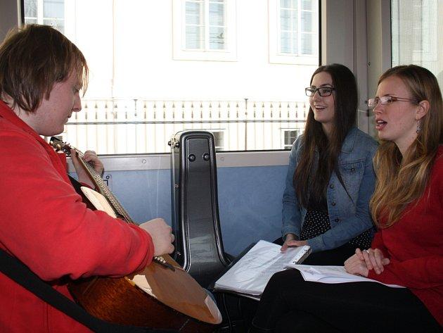 Studenti konzervatoře zpívají cestujícím v MHD.