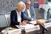 Kandidáti hnutí Pro zdraví a sport Blanka Jakubcová Sýkorová a Petr Sák podepisují petici.
