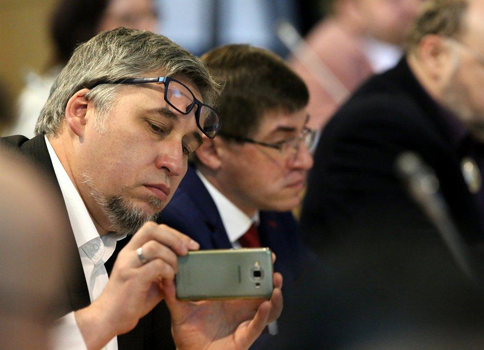 Mimořádné zasedání krajského zastupitelstva.