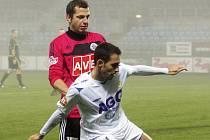 Jan Riegel atakuje teplického Zoubeleho: Č. Budějovice - Teplice v pohárové odvetě 0:2, do čtvrfinále postupují Teplice.