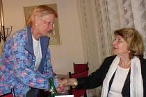 Zpěvačka Yvetta Simonová je stále obklopena vděčnými posluchači.