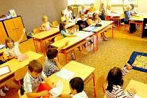 Pokud používají rodiče paní učitelku jako sílu, která potomka tvrdě zkrotí, může si dítě vytvořit psychický blok. Psychosomatické problémy vedou k výmluvám i fyzické bolesti.