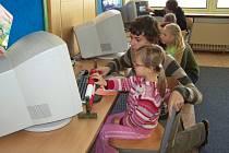 Role průvodců předškoláků v jednotlivých učebnách se ujali deváťáci.