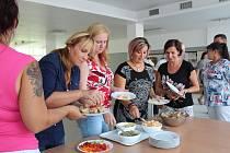 Dršťková polévka z hlívy, zapečený květák s jogurtem či pomazánka z paprik se mohou stát hitem zdravých jídelen. Jak na to, se naučily účastnice semináře v Českých Budějovicích.