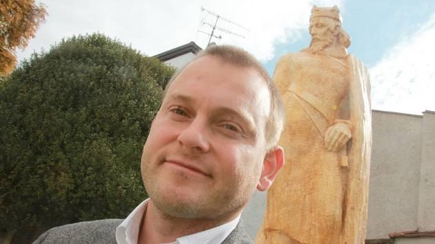 Sochař František Postl daruje českobudějovické radnici sochu Přemysla Otakara II.