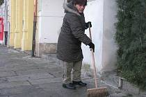 """""""Náměstí po silvestru? Největší binec, jaký jsem zatím viděla,"""" řekla Květa Kasperová 1. ledna v budějovických ulicích."""