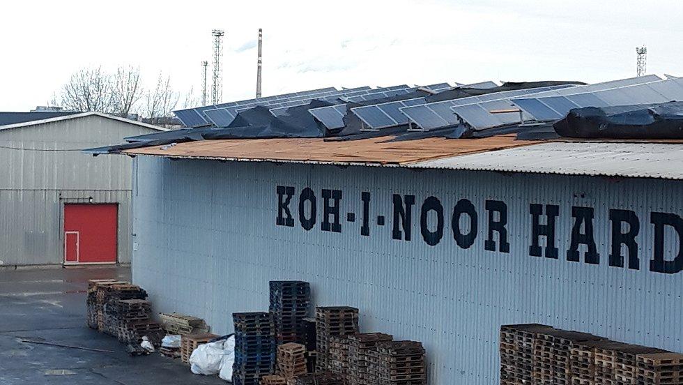 Orkán Sabine se vyřádil i na střeše skladu firmy Koh-i-noor.