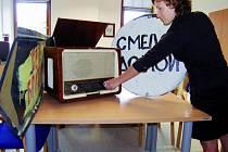 Na výstavu o srpnu 1968 v jižních Čechách, kterou inicioval krajský úřad, zapůjčilo některé předměty i Jihočeské muzeum. Na snímku připravuje historické rádio a dvě originální značky pro expozici Lenka Oušková.