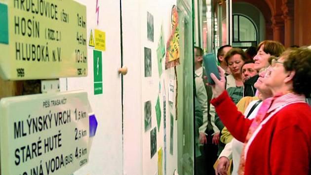 Návštěvníci vernisáže výstavy  se  doslova tlačili u jednotlivých  panelů expozice.